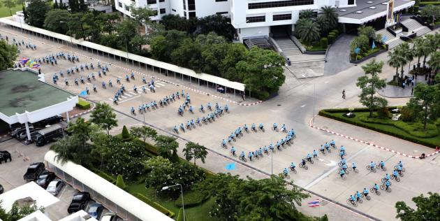 Led by the Thai ambassador to the United Arab Emirates, a huge number of Thais yesterday rode their bicycles around the world-famous Yas Marina Circuit in Abu Dhabi to celebrate Her Majesty the Queen's birthday.