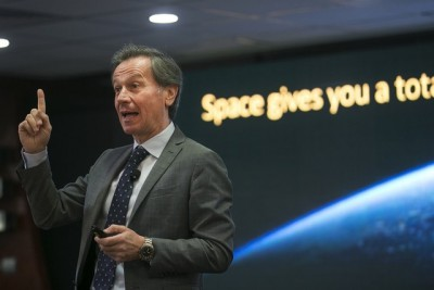 Astronaut Points Abu Dhabi Students To Space